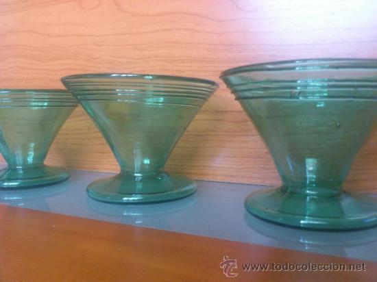 Antigüedades: Juego antiguo de ponchera y diez copas en cristal soplado Catalán verde - Foto 15 - 38645156