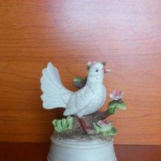 Antigüedades: CAJA DE MUSICA ANTIGUA EN PORCELANA BISCUIT ( PALOMA BLANCA ). Lote 192715492