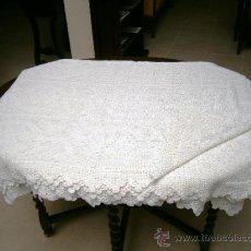 Antigüedades: COLCHA BLANCA CON MOTIVOS FLORALES. Lote 38726047