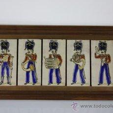Antigüedades: PLAFÓN DE 5 BALDOSAS REPRESENTANDO SOLDADOS MÚSICOS - PRIMERA MITAD DEL S.XX. Lote 38809594