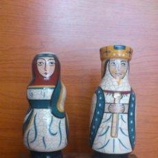 Antigüedades: PAREJA DE REYES MEDIEVALES EN TERRACOTA DE ESMALTE VIDRIADO SOBRE PEANA DE MADERA ( LA MORISMA ). Lote 38813625