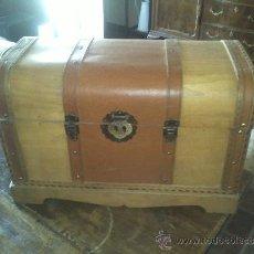Antigüedades: BAÚL ANTIGUO DE MADERA CON FORRADO DE PIEL. Lote 38846727