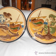 Antigüedades: PAREJA DE PLATOS DE PESCADOR Y COSTURERA ( CATALUÑA ). Lote 38907498