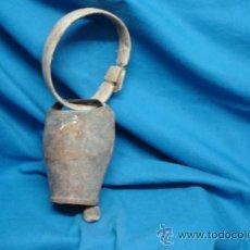 Antigüedades: ANTÍGUO CENCERRO CON COLLAR DE MADERA - FORMA REDONDEADA - SONIDO FUERTE. Lote 39078569