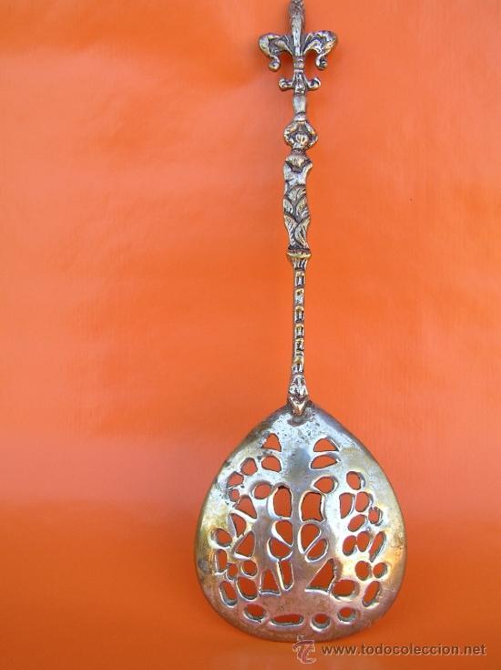 Antigüedades: CUBIERTOS DE SERVICIO. Profusamente decorados. S: XIX. Bronce bañado en plata. - Foto 7 - 38969842