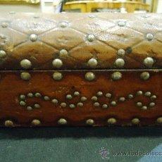 Antigüedades: ANTIGUO Y PEQUEÑO COFRE FORRADO EN PIEL Y TACHUELAS INTERIOR TERCIOPELO. Lote 61241415