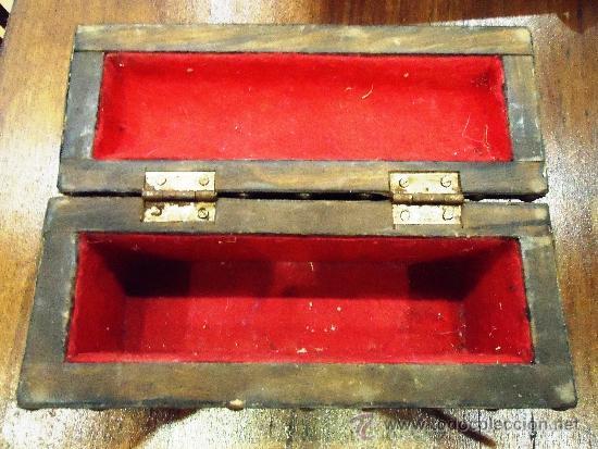 Antigüedades: ANTIGUO Y PEQUEÑO COFRE FORRADO EN PIEL Y TACHUELAS INTERIOR TERCIOPELO - Foto 4 - 61241415