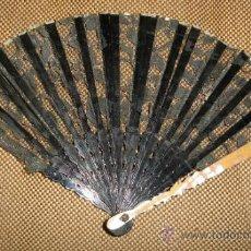 Antigüedades: ABANICO MADERA LACADA Y NACAR ,ENCAJE NEGRO CON HILOS PLATEADOS.MEDIDAS ABIERTO33 CM,ALTO 18CM. Lote 38995704