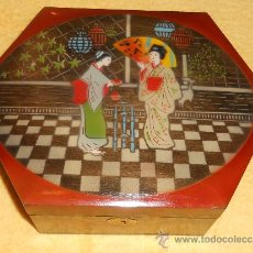 Antigüedades: ANTIGUA CAJA EXAGONAL DE MADERA CON DOS GEISHAS PINTADAS . Lote 39021745