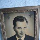 Antigüedades: ANTIGUO MARCO MADERA PINO Y ESTUCO DE YESO DORADO - FOTOGRAFÍA DE SEÑOR JÓVEN 40-50S. Lote 39094832