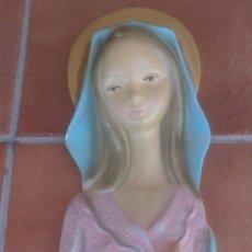 Antigüedades: VIRGEN ESCAYOLA PINTADA A MANO PARA COLGAR EN PARED . Lote 39160968