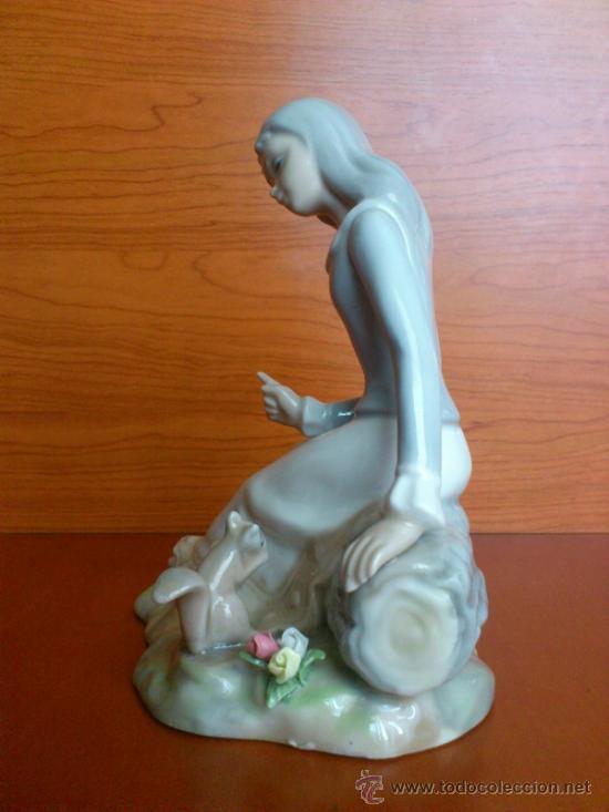 Antigüedades: Bonita figura en porcelana TENGRA ( Doncella hablando a una ardilla ) - Foto 11 - 39115401