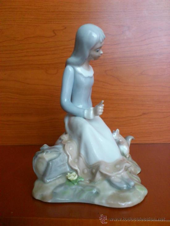 Antigüedades: Bonita figura en porcelana TENGRA ( Doncella hablando a una ardilla ) - Foto 6 - 39115401