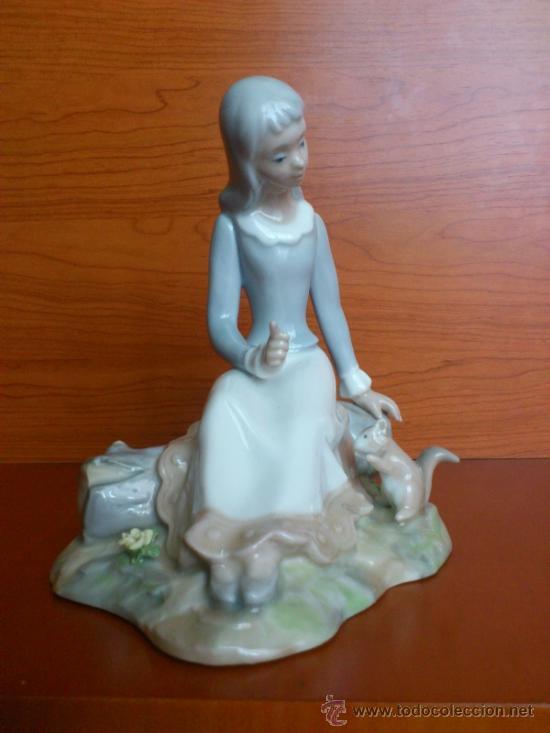 Antigüedades: Bonita figura en porcelana TENGRA ( Doncella hablando a una ardilla ) - Foto 5 - 39115401