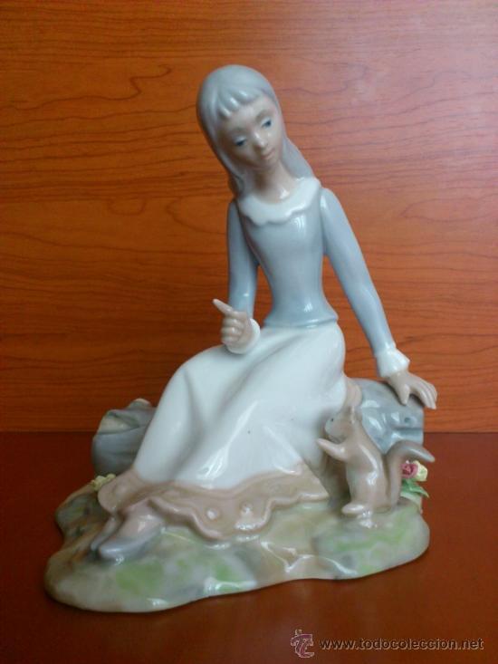 Antigüedades: Bonita figura en porcelana TENGRA ( Doncella hablando a una ardilla ) - Foto 4 - 39115401