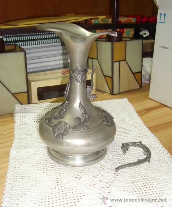 Antigüedades: ANTIGUO Y PRECIOSO JARRON JARRA DE PELTRE ORNAMENTADA CON FILIGRANA DE FLORES, AÑOS 60 - Foto 3 - 39143971