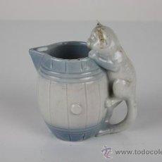 Antigüedades: JARRITA EN PORCELANA POLICROMADA Y VIDRADA CON ASA EN FORMA DE GATO. MED S XX. . Lote 39150421