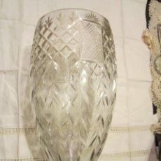 Antigüedades: PRECIOSO JARRÓN ANTIGUO DE CRISTAL TALLADO. 31 CMS. DE ALTURA X 14,5 CMS. DIÁMETRO BOCA.. Lote 39180069