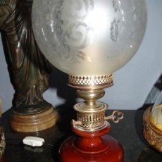 Antigüedades: ELEGANTE PAREJA DE QUINQUÉS DE PORCELANA,BRONCE Y CRISTAL.. Lote 39215667