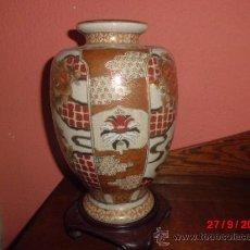 Antigüedades: PRECIOSA JARRON ORIENTAL CON PEANA DE MADERA Y SELLO EN LA BASE . Lote 39221805