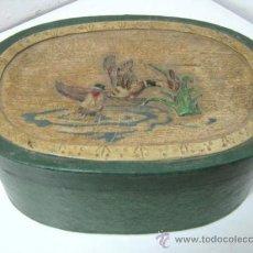 Antigüedades: BELLA CAJA GRANDE PAPEL MACHE SOMBRERERO PARA VISERA DE CAZA - ESCENA CON PATOS EN RELIEVE. Lote 39226175