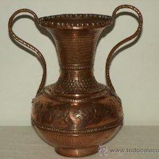 Antigüedades: JARRA DE COBRE REPUJADA. 26 CM ALTO X 17 DIAMETRO MAXIMO. VER FOTOS Y DESCRIPCION.. Lote 39259997