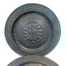 Antigüedades: PAREJA DE PLATOS PETITORIOS EN LATÓN, 41 CM DE DIÁMETRO, .. Lote 39277752