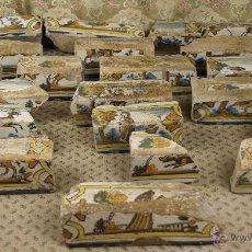 Antigüedades: CONJUNTO DE 21 PIEZAS ESQUINERAS EN CERAMICA CATALANA POLICROMADAS CON MOTIVOS DE CAZA. S XVII. . Lote 39308335