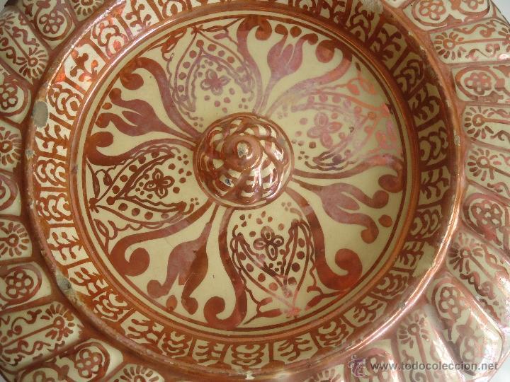 ANTIGUO PLATO TETÓN DE REFLEJOS DE MANISES DIÁMETRO DE 28,5 CM (Antigüedades - Porcelanas y Cerámicas - Otras)
