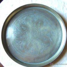 Antigüedades: BANDEJA MARROQUI ANTIGUA DE LATON CINCELADO DE PPS SIGLO XX. Lote 58206533