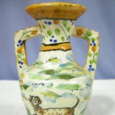 Antigüedades: JARRÓN DE CERÁMICA PUENTE DEL ARZOBISPO DECORADO EN VERDE, AMARILLO Y AZUL - P. A MANO FDO. VC SPAIN. Lote 39415843