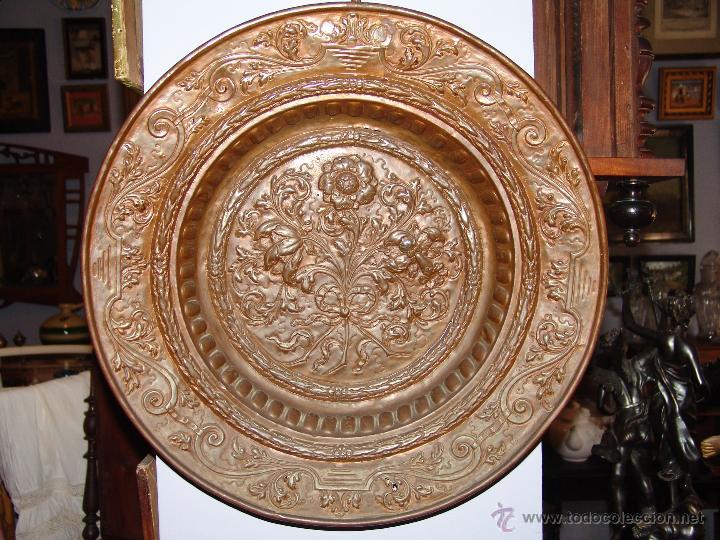 PRECIOSO PLATO ANTIGUO DE COBRE REPUJADO (Antigüedades - Hogar y Decoración - Platos Antiguos)