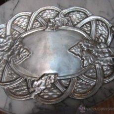 Antigüedades: BANDEJA OVALADA DE METAL, ESTILO PELTRE, DECORADA CON HOJAS. 45 X 31 CMS.. Lote 39507254