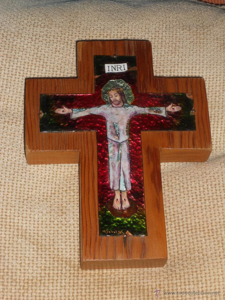 ANTIGUA CRUZ DE MADERA ESMALTADA FIRMADA MR.SALVAT (Antigüedades - Religiosas - Cruces Antiguas)