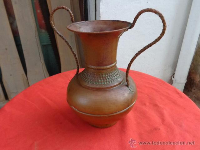 FLORERO ESPAÑOL DE COBRE AÑOS 50 (Antigüedades - Hogar y Decoración - Floreros Antiguos)