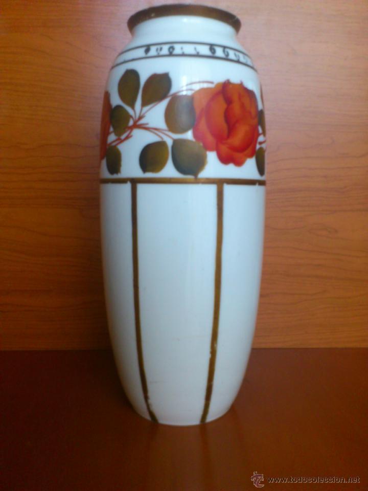Antigüedades: Florero antiguo art decó en opalina blanca pintado con motivos florales policromados a mano . - Foto 2 - 39665095