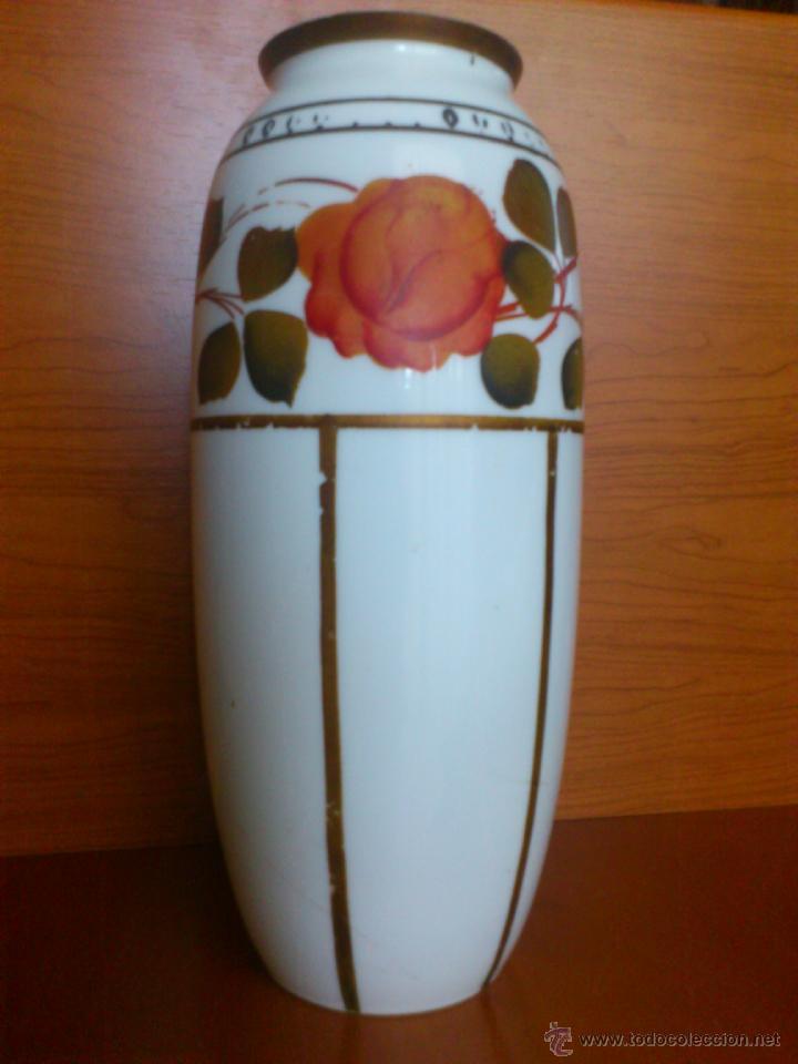Antigüedades: Florero antiguo art decó en opalina blanca pintado con motivos florales policromados a mano . - Foto 3 - 39665095