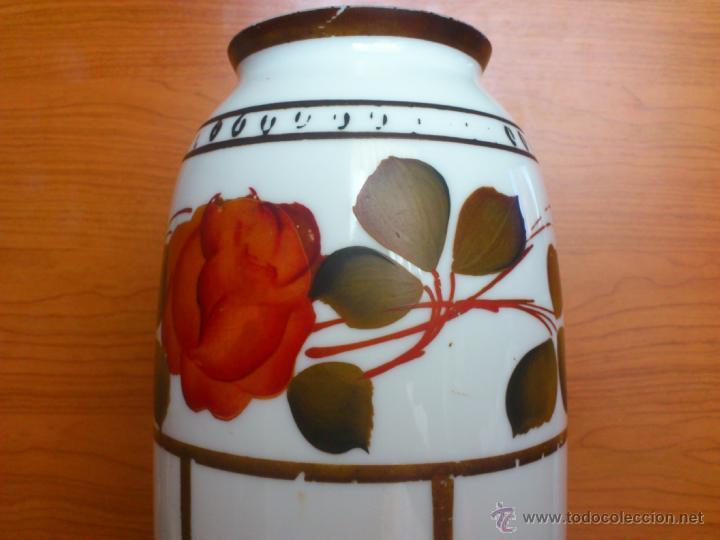 Antigüedades: Florero antiguo art decó en opalina blanca pintado con motivos florales policromados a mano . - Foto 5 - 39665095