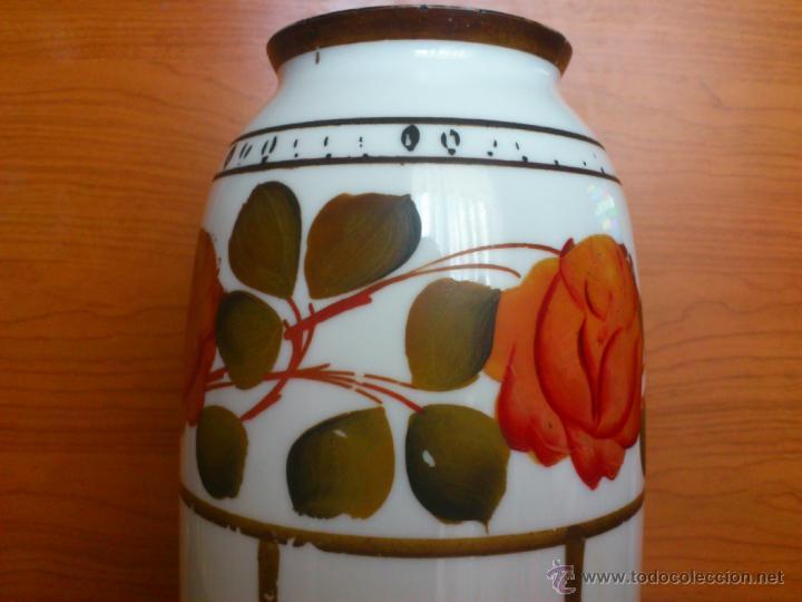 Antigüedades: Florero antiguo art decó en opalina blanca pintado con motivos florales policromados a mano . - Foto 8 - 39665095