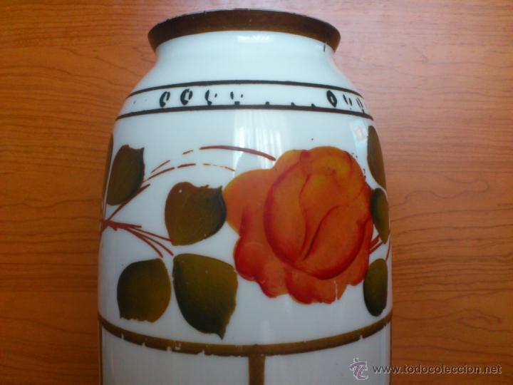 Antigüedades: Florero antiguo art decó en opalina blanca pintado con motivos florales policromados a mano . - Foto 10 - 39665095