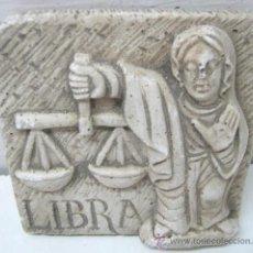 Antigüedades: PLACA EN RELIEVE BALDOSA 1.5 KG LIBRA BALANZA. Lote 39675951