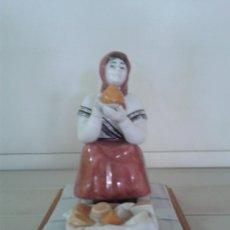 Antigüedades: FIGURA CERAMICA CELTA DE PONTECESURES. GALLEGA VENDIENDO QUESOS. GALICIA.. Lote 39716170