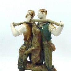 Antigüedades: FIGURA DE CERÁMICA DE DOS CAZADORES, 27 CM DE ALTURA, . . Lote 39750952