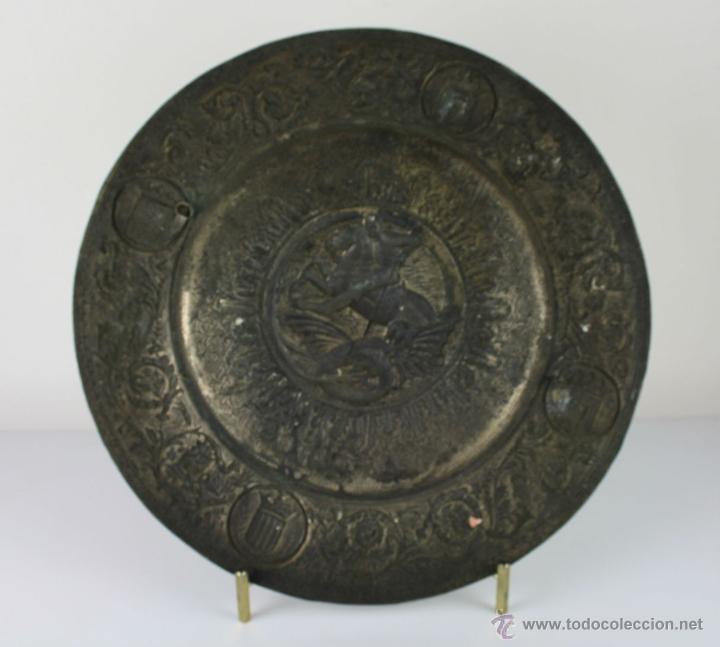 Antigüedades: PLATO DECORATIVO EN METAL PLATEADO REPRESENTANDO SANT JORDI. S. XIX. - Foto 2 - 60851213