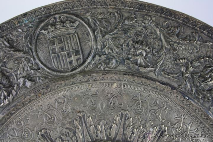 Antigüedades: PLATO DECORATIVO EN METAL PLATEADO REPRESENTANDO SANT JORDI. S. XIX. - Foto 3 - 60851213