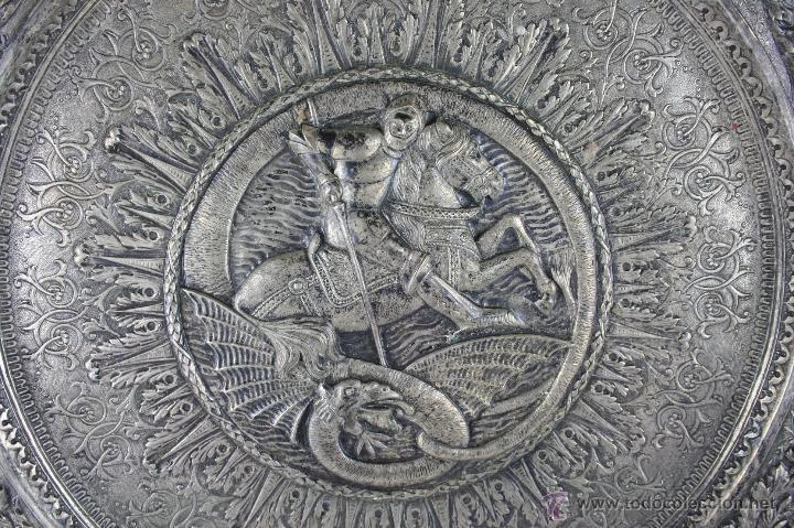 Antigüedades: PLATO DECORATIVO EN METAL PLATEADO REPRESENTANDO SANT JORDI. S. XIX. - Foto 4 - 60851213