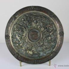 Antigüedades: PLATO DECORATIVO EN METAL PLATEADO REPRESENTANDO ESTAMPA GRIEGA. S XIX. . Lote 39806136