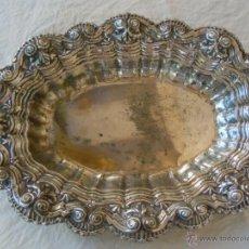 Antigüedades: BANDEJA ANTIGUA DE METAL PLATEADO. TROQUEL CON ROLEOS. 37X27 CM. Lote 39897902