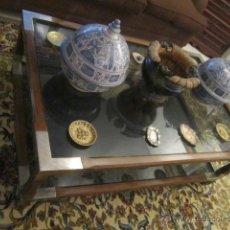Antigüedades: BONITA MESA BAJA DE SALÓN REALIZADA EN MADERA CON ADORNOS DE LATÓN.. Lote 40095473