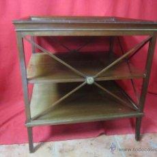 Antigüedades - Bonita mesa auxiliar cuadrada con adornos en bronce. - 40221534